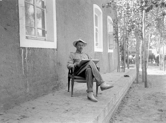 Mannerheim outside his temporary residence in Kashgar (1906).